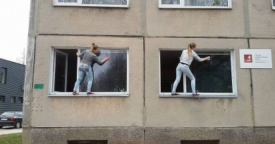 Elektrėnų LSDP langus valančios merginos sprogdina internetą